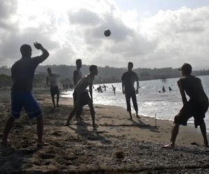 Jóvenes de vacaciones en Baracoa. Imagen: Cubadebate