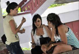 Jóvenes conversando. Imagen: Soy Cuba