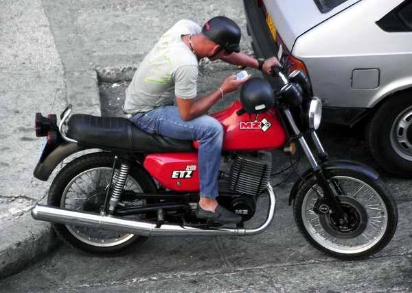 Joven en moto. Imagen: Abel Rojas. Radiorebelde