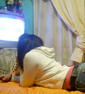 Adolescente mirando TV