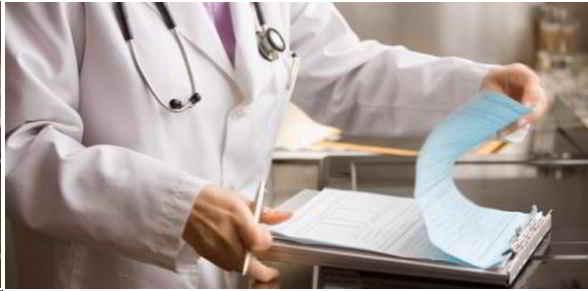 medico-revisando-historia-clinica