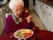 Anciana comiendo