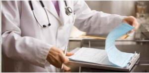 Medico revisando historia clinica