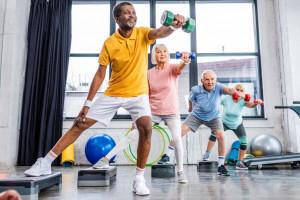 Ancianos haciendo ejercicios