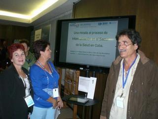 Miembros del Centro Nacional de Información de Ciencias Médicas en presentación de pósters en el CRICS9