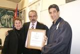 El rector de la Universidad de Ciencias Médicas de La Habana entregó el certificado correspondiente al MCs Pedro Andrés Urra González