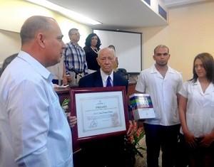El Doctor en Ciencias Israel Borrajero Martínez recibe el premio al Mérito Científico por la obra de toda la vida de manos del Ministro de Salud Pública Dr. Roberto Morales Ojeda