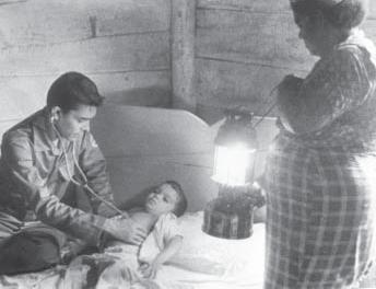 Doctor ejerciendo el servicio médico rural en 1960. Imagen: Granma