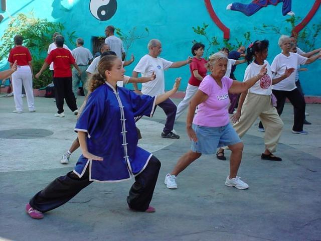 Ancianos cubanos practicando wushu. Imagen: Escuela Cubana de Wushu