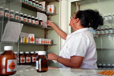 Trabajadora farmacéutica cubana