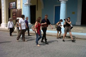 Serrano con Mariela camino a la Fototeca de Cuba